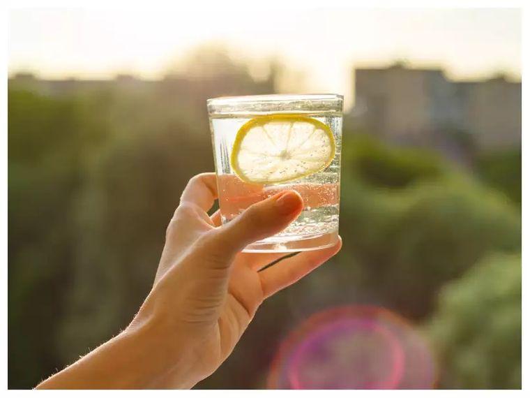 beneficios de beber agua con limon todas las mañanas