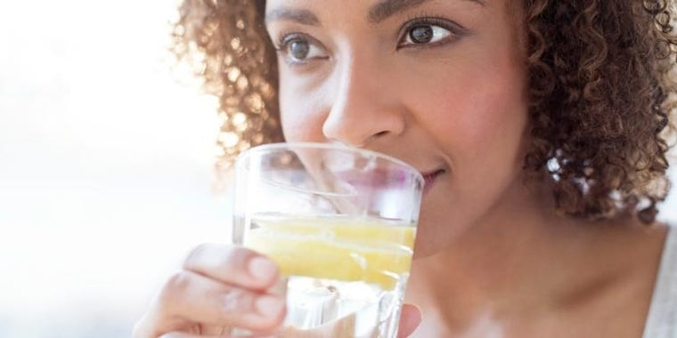 beneficios de beber agua con limon
