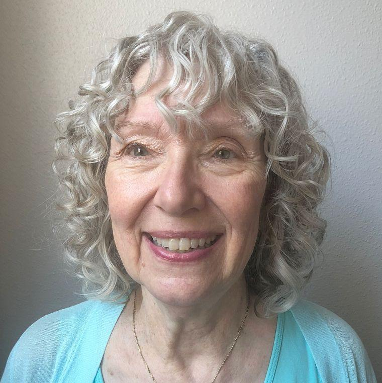 cabello-gris-rizado-mujer-50-anos