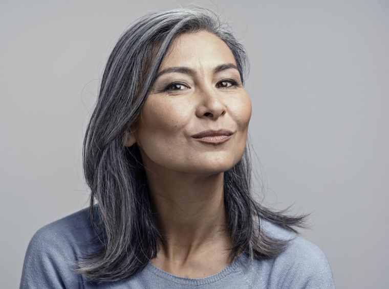 color-cabello-mujer-50-anos-color-gris