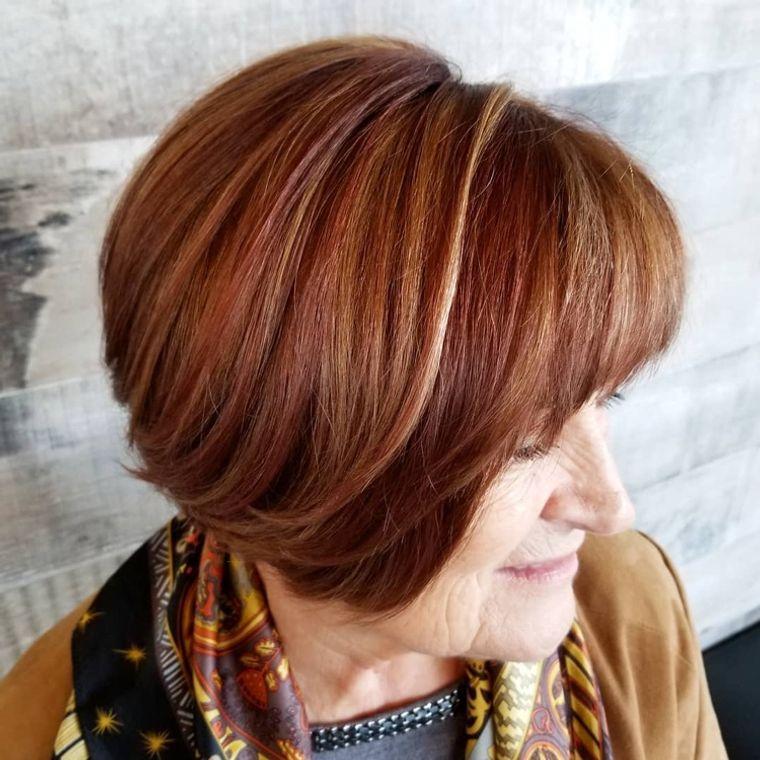 mujeres mayores cabello granate con reflejos
