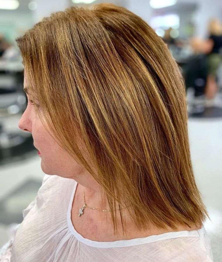 mujeres mayores cabello marron con luces doradas