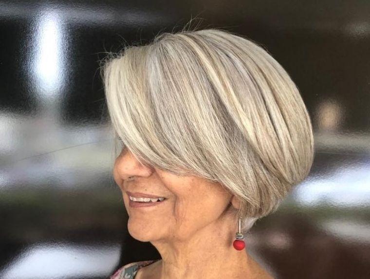 mujeres mayores cabello rubio plateado