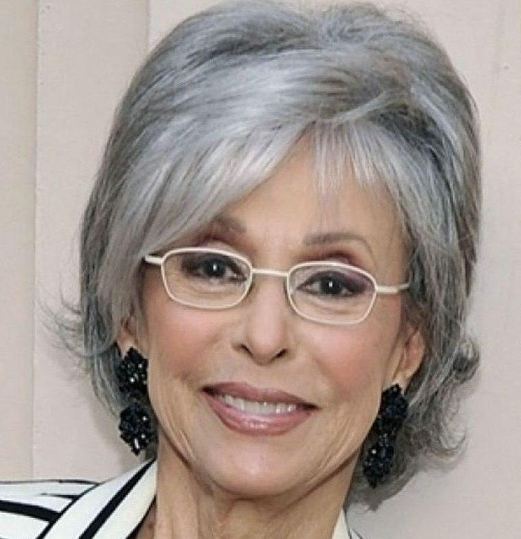 mujeres mayores de 50 peinados color gris con gafas