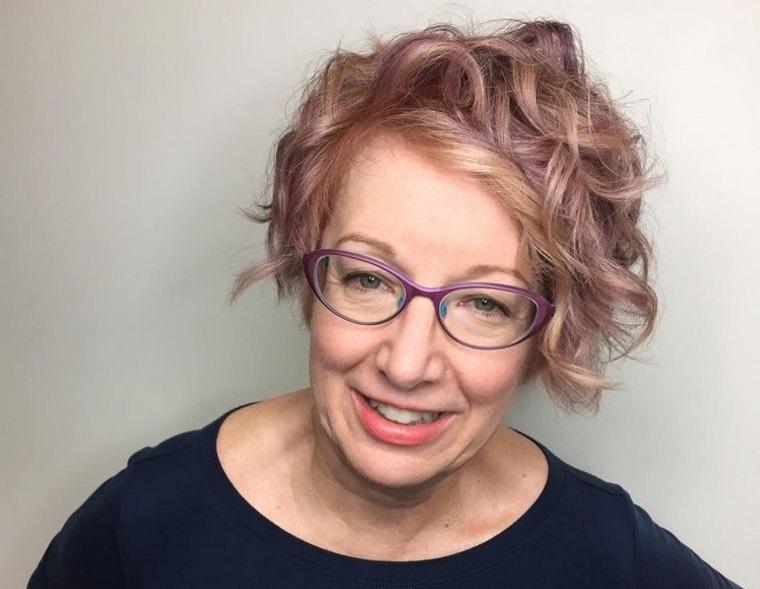 mujeres mayores de 50 peinados combinado con gafas