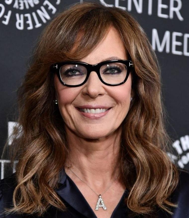 mujeres mayores de 50 peinados con gafas Allison Janney