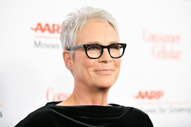 mujeres mayores de 50 peinados con gafas Jamie Lee Curtis