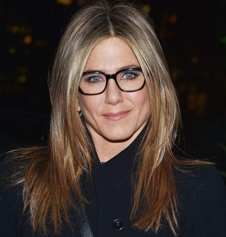 mujeres mayores de 50 peinados con gafas Jennifer Aniston