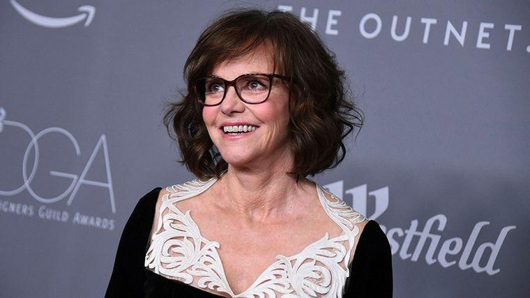 mujeres mayores de 50 peinados con gafas Sally Field