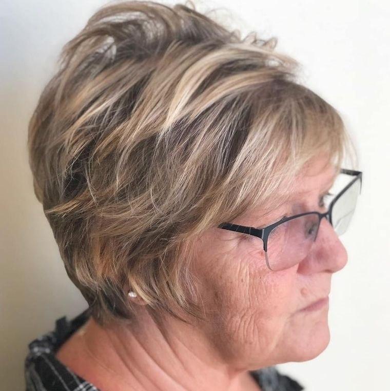 mujeres mayores de 50 peinados con gafas color rubio