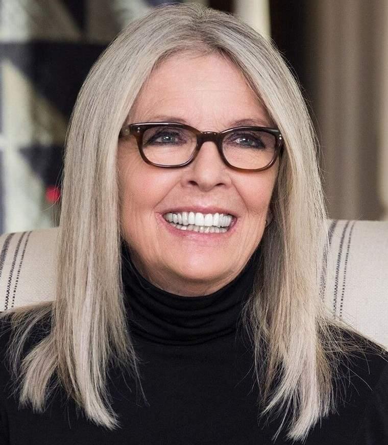mujeres mayores de 50 peinados con gafas rubio platino