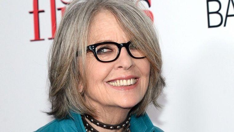 mujeres mayores de 50 peinados con gafas tendencia