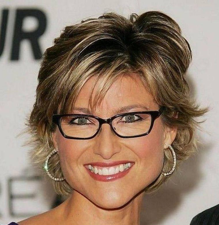 mujeres mayores de 50 peinados con gafas vibrantes