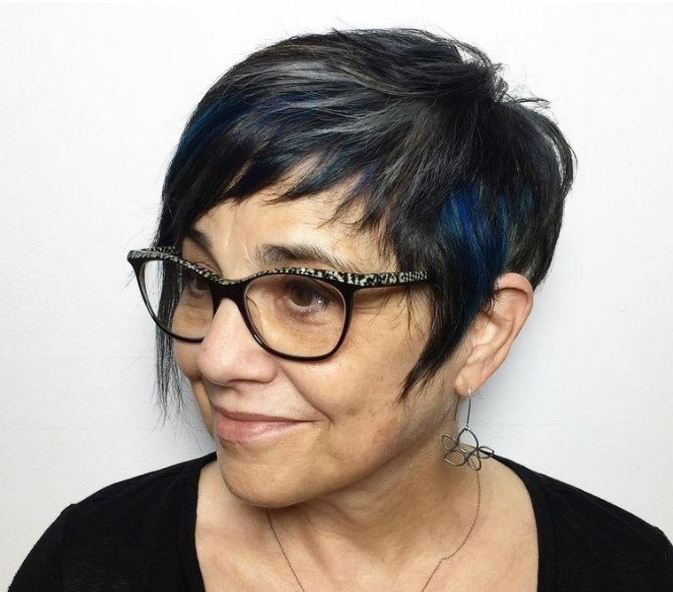 mujeres mayores de 50 peinados cortos con gafas