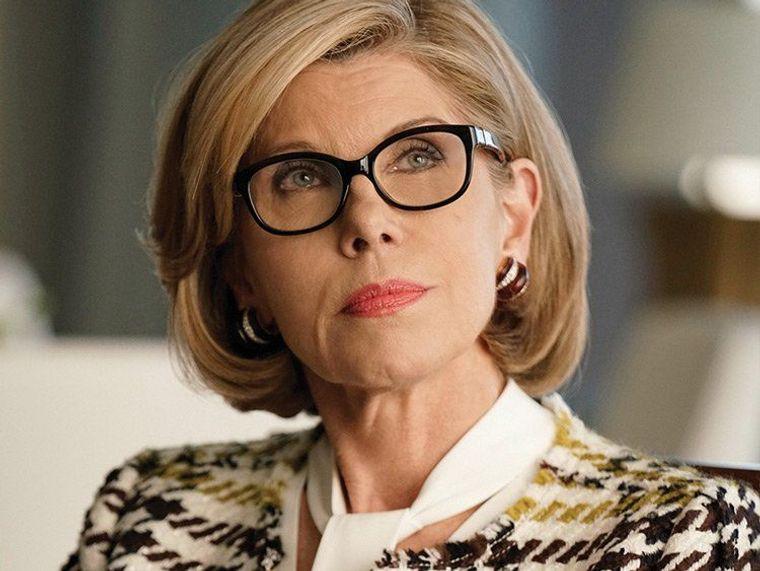 mujeres mayores de 50 peinados elegante con gafas