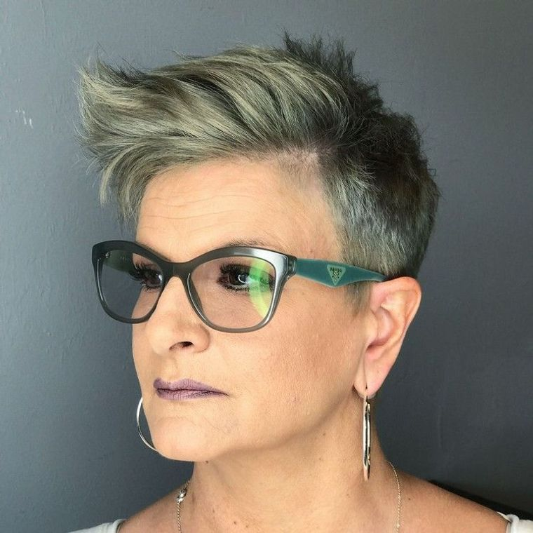 mujeres mayores de 50 peinados faciles con gafas
