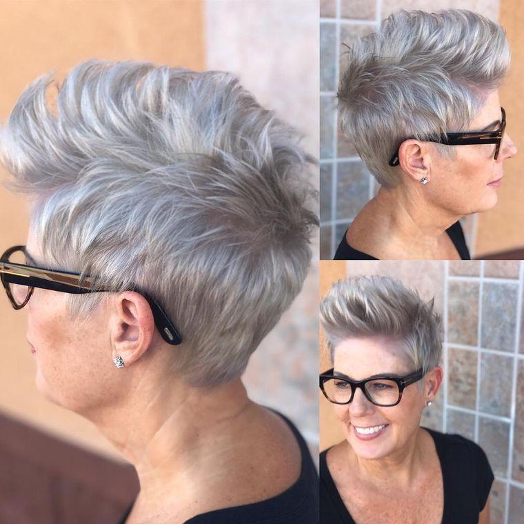 mujeres mayores de 50 peinados joviales con gafas