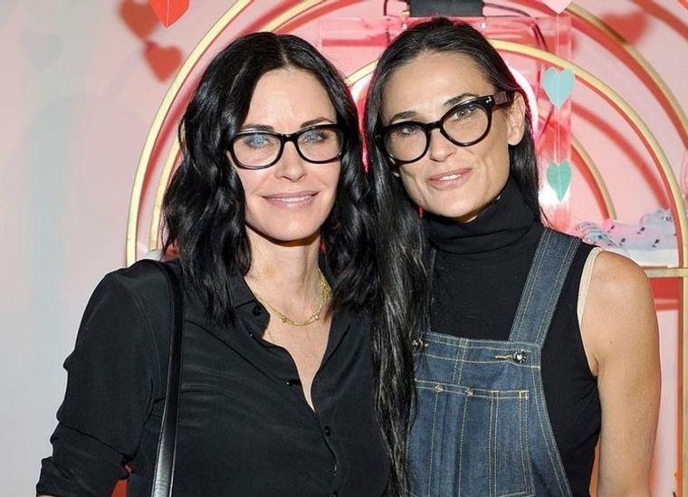 mujeres mayores de 50 peinados largos con gafas
