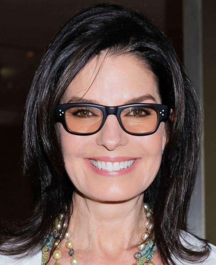 mujeres mayores de 50 peinados medios con gafas