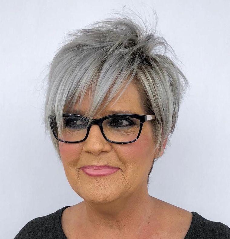 mujeres mayores de 50 peinados modernos con gafas