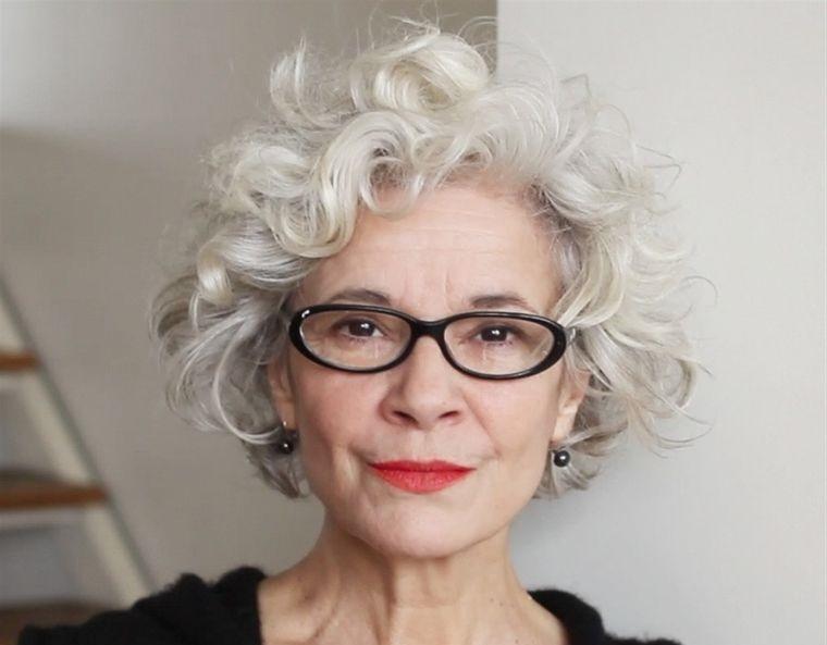 mujeres mayores de 50 peinados ondulados con gafas