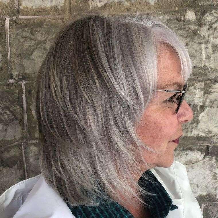 mujeres mayores de 50 peinados plateados con gafas