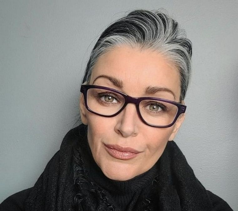 mujeres mayores de 50 peinados recogidos con gafas