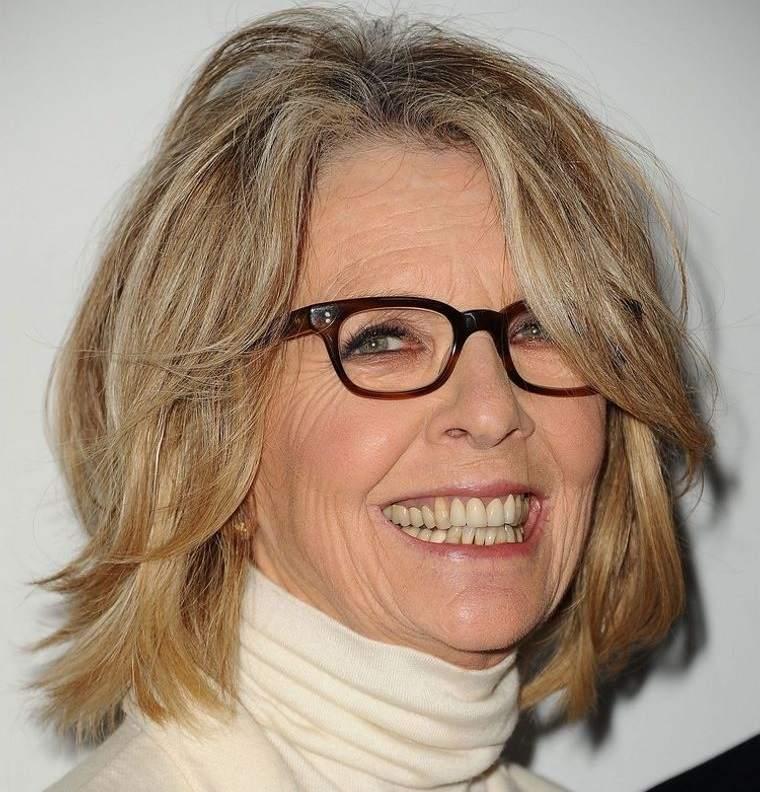 mujeres mayores de 50 peinados relajados con gafas