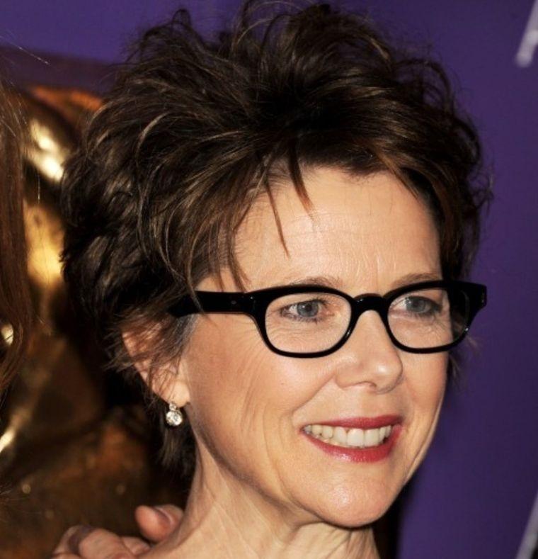mujeres mayores de 50 peinados sofisticados con gafas