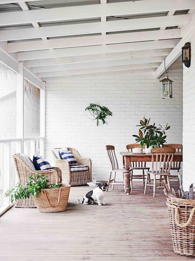 patios-decorados-2021-muebles-mimbre