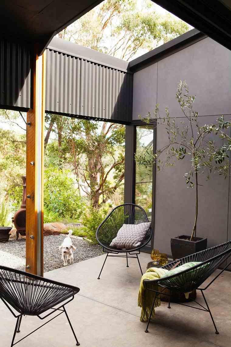 patios-decorados-2021-sillas-bajas