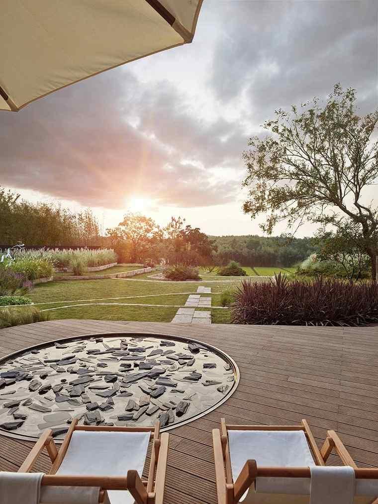 patios-decorados-2021-tumbonas