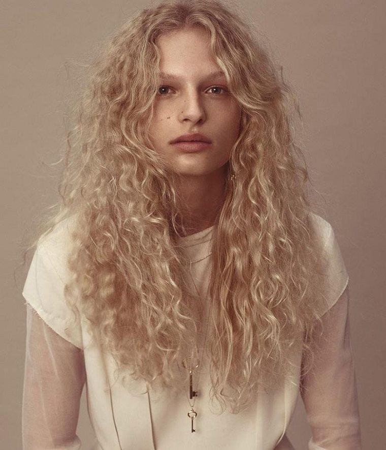 cabello-largo-rubio-rizado