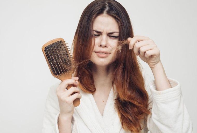 caída del cabello en mujeres causas