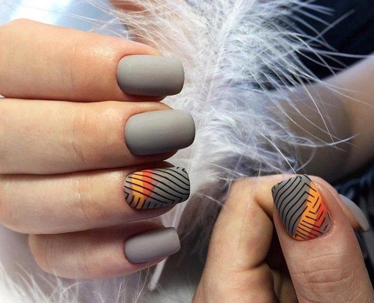 color-de-unas-2021-verano-tendencias-gris-mate