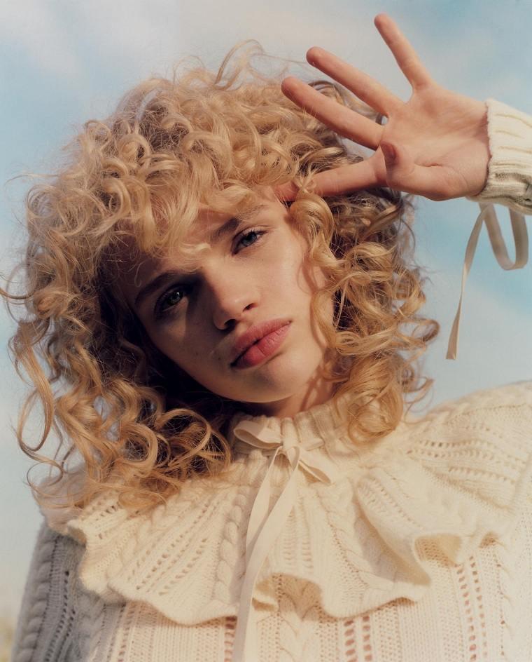 cortes-pelo-rizado-2021-mujer-color-rubio