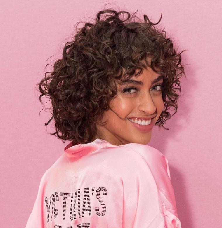 cortes-pelo-rizado-2021-mujer-corto-cabello