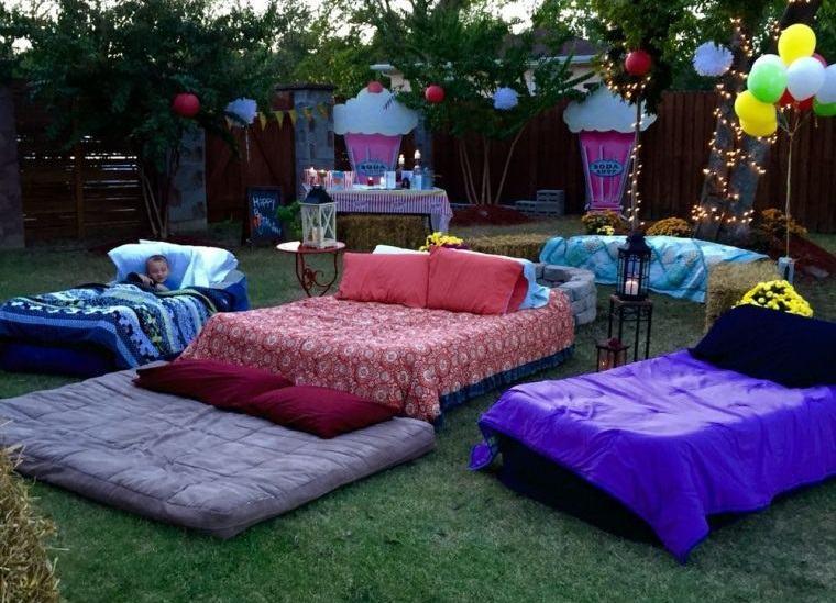 cumpleaños decoracion cama cine exterior