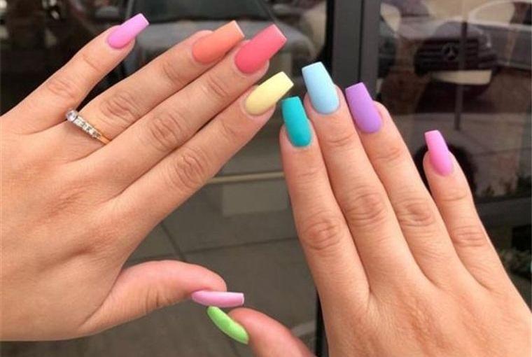 diseño independiente uñas colores divertidos