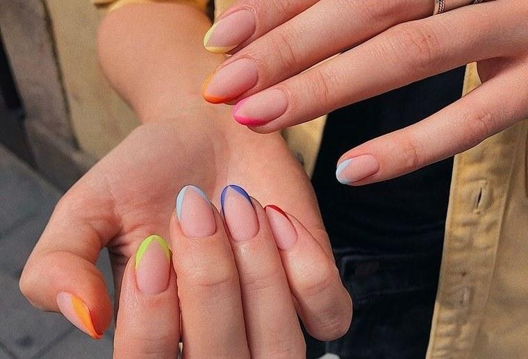 diseño independiente uñas francesas coloridas