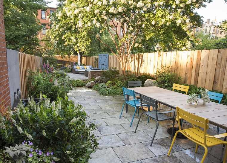 jardines-pequenos-con-encanto-muebles colores