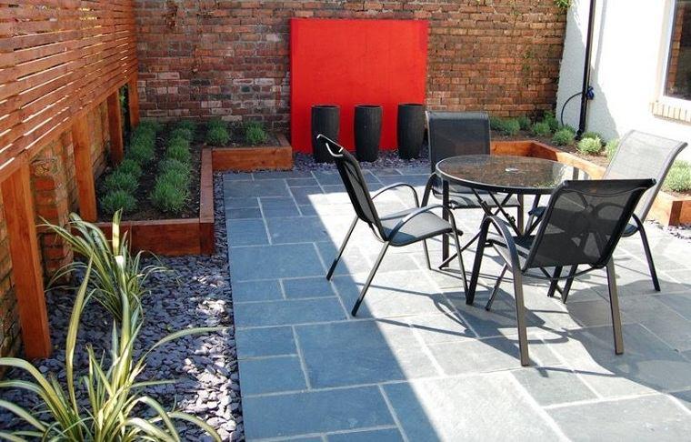 muebles-negros-jardin-pequeno-2021