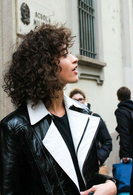 mujer-cabello-rizado-estilo-chica