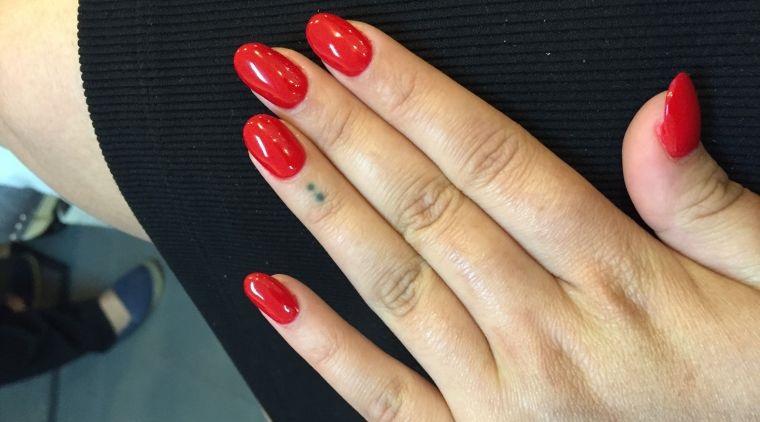 manicura en forma ovalada clasico rojo