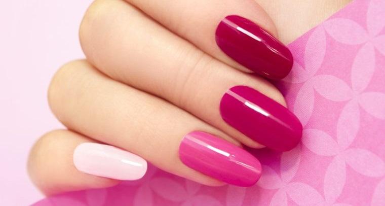 manicura en forma ovalada combinando colores