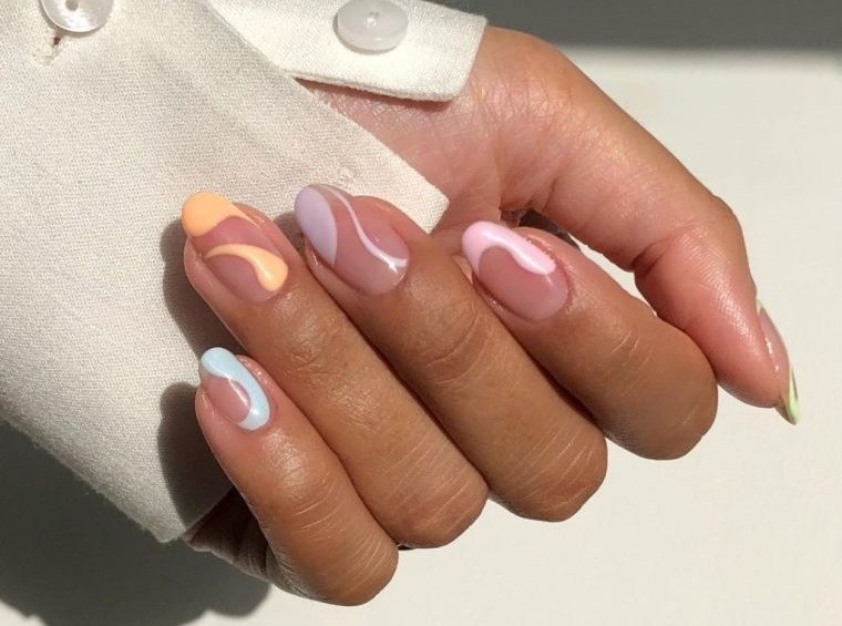 manicura en forma ovalada con colores pasteles