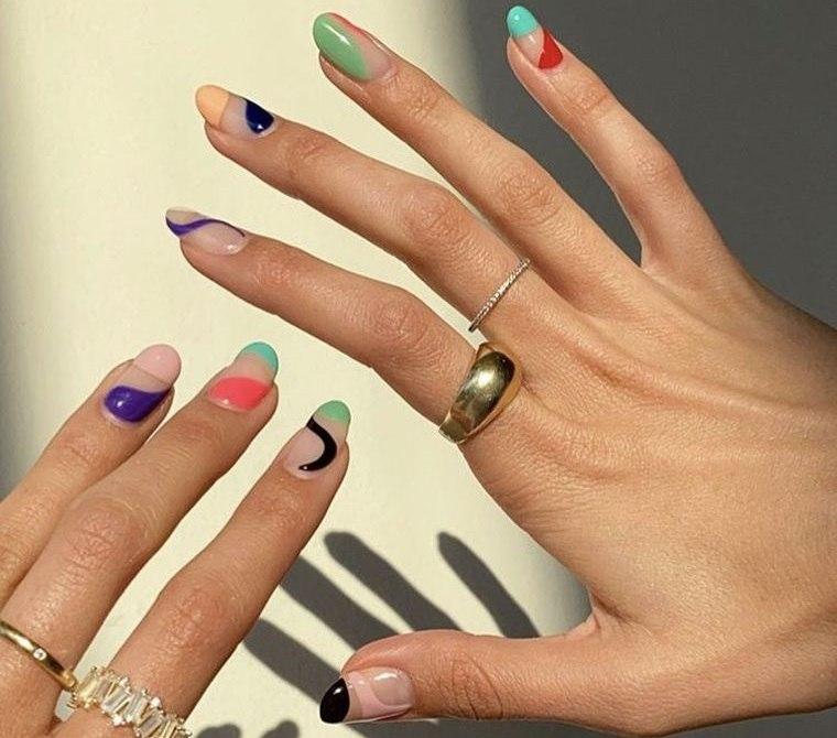 manicura en forma ovalada diseño colorido