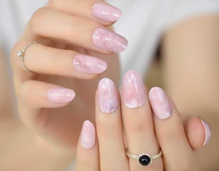 manicura en forma ovalada diseño marmoleado