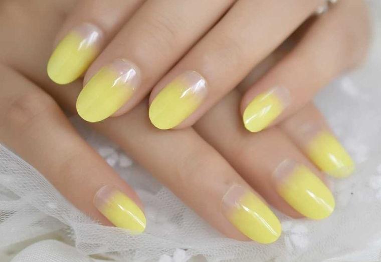 manicura en forma ovalada en amarillo
