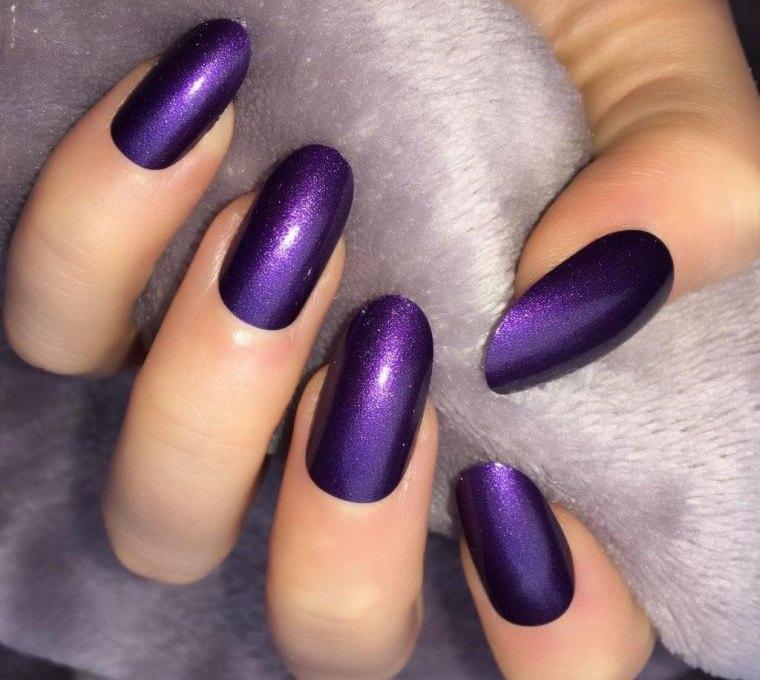 manicura en forma ovalada en purpura